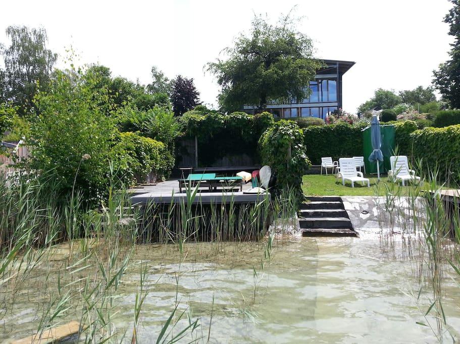 Der Badestrand und die Villa vom See aus