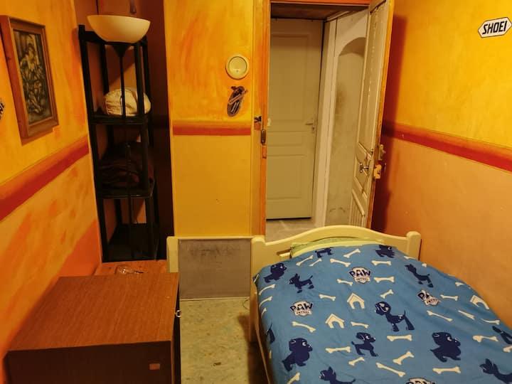 Petite Chambre simple et rustique pour nuit calme