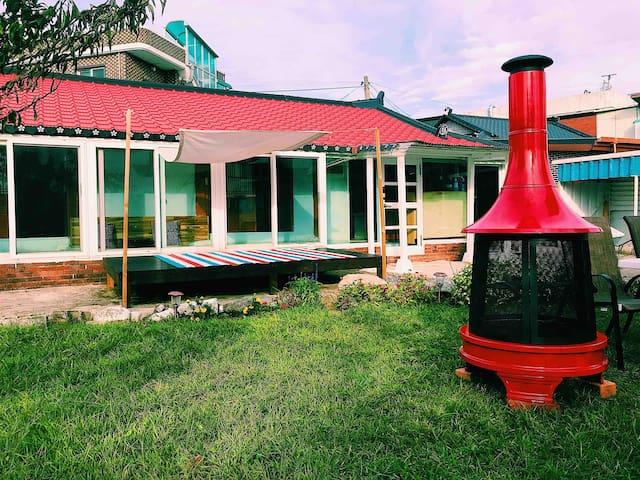 1분거리의 사천해변. 아늑한 정원에서 즐기는 불멍타임. 따뜻한 감성숙소 보리하우스
