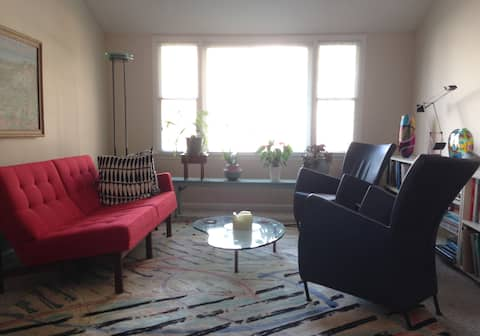 Cheerful guest room - private home