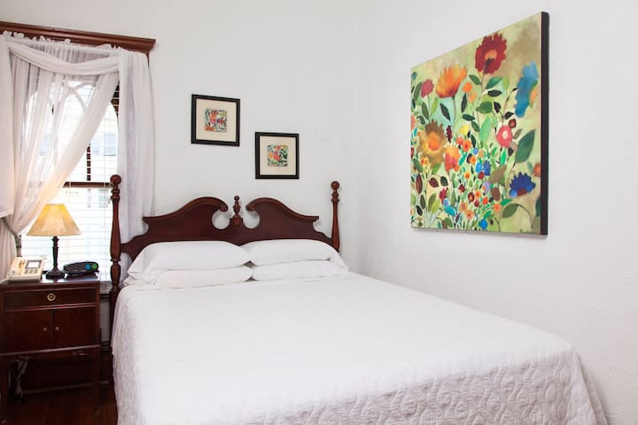 American Guest House - Room 402