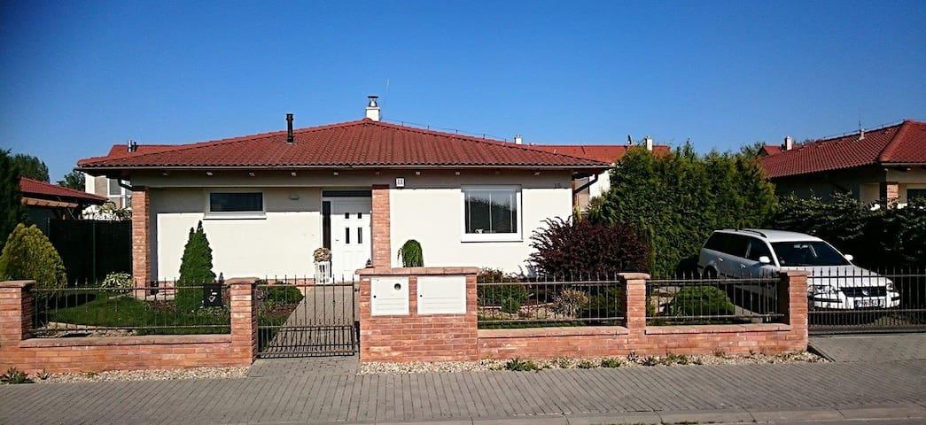 6 year old home next to Adeli. - Piešťany - House