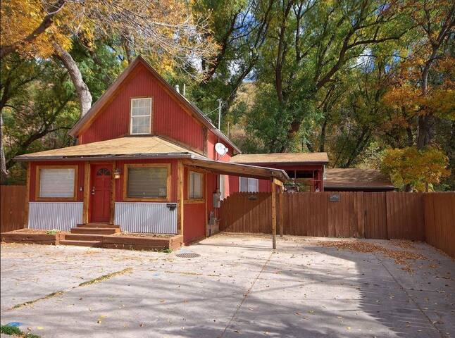 NEW! 2BR Manitou Springs House w/ Riverside Deck! - Manitou Springs - Huis