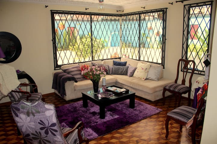 Charming Poppy room in typical Ecuadorian home - Cuenca - House