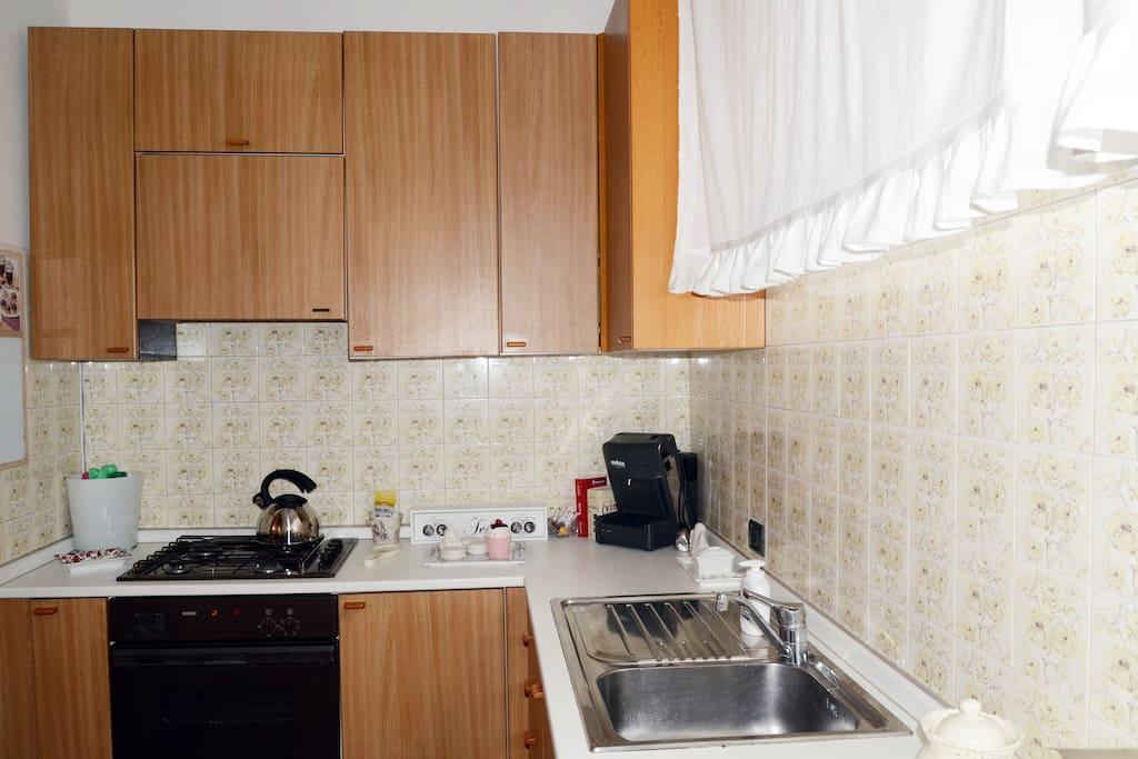 Cucina con lavandino e forno cottura