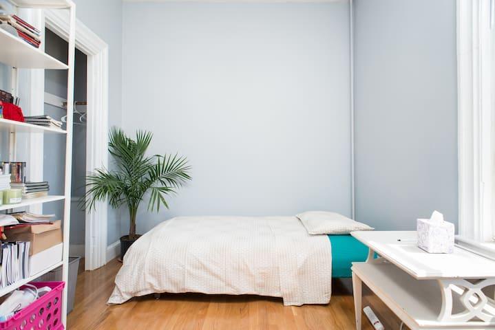 Bright & Cozy Room Near MIT/Harvard - Cambridge - Apartment