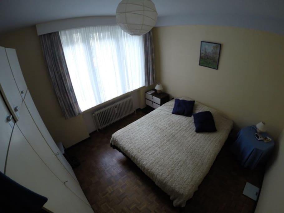Chambre à coucher avec lit d'1m60 et garde-robes.
