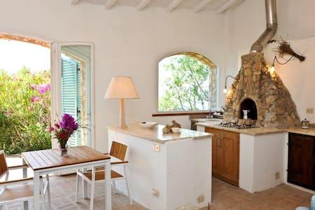 Casa in pietra fronte mare