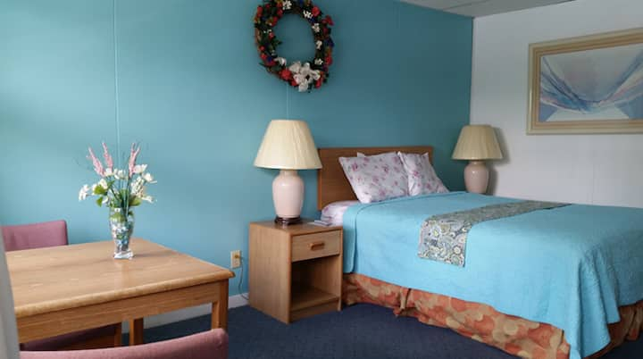 Queen Bed In Lake George Village