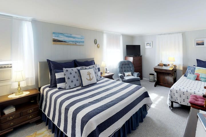 Premium Cleaned | Cozy Cape Cod studio, five minute walk to beach - great weekend getaway!