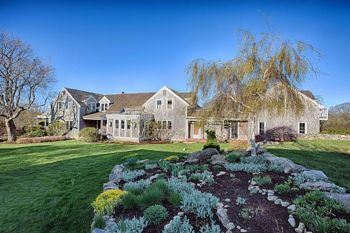 Spacious MV Home with Cozy Guest Cottage - West Tisbury - Haus