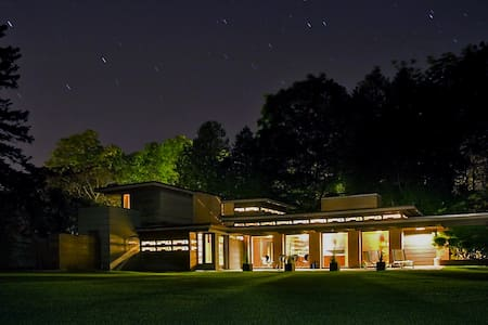 Frank Lloyd Wright's Schwartz House/Still Bend - Two Rivers - Talo