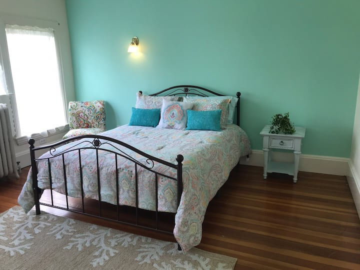 Victorian Elegance: Guest Room with Bath