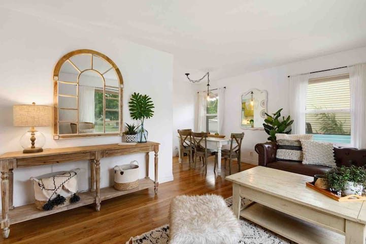 ⭐️ Stylish ⭐️ Bright Roomy Home, Whitworth Univ!
