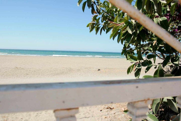 Direct access to the beach and courtyard of 75m