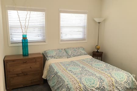 Private room w full size bed II - Los Angeles