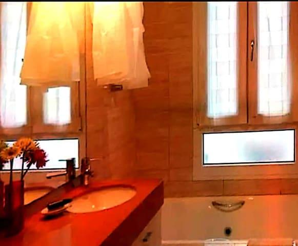 Habitación luminosa, tranquila y cama grande