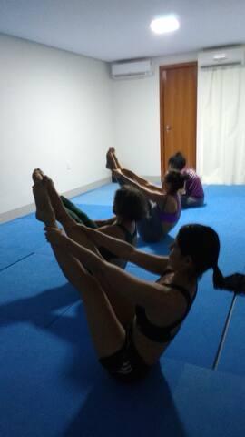 Aqui você vai poder fazer parte da nossa turma de aulas de Yôga. Para respirar, meditar, alongar e desenvolver aprimoramento pessoal.