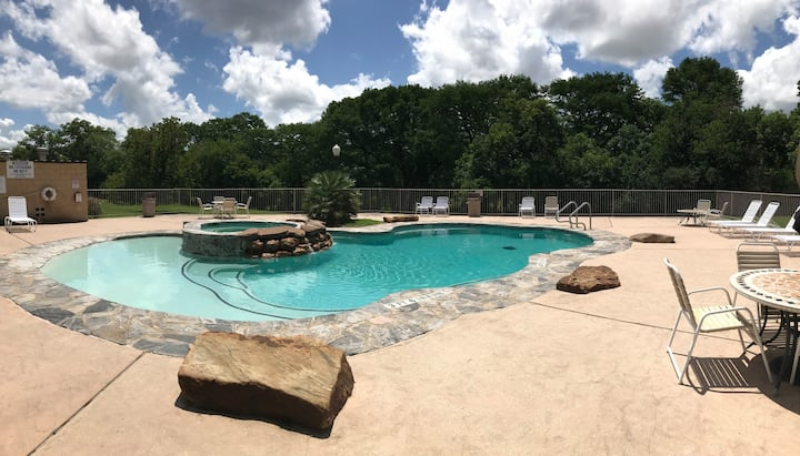 River Haus | Queen Bed | Pool View | WiFi