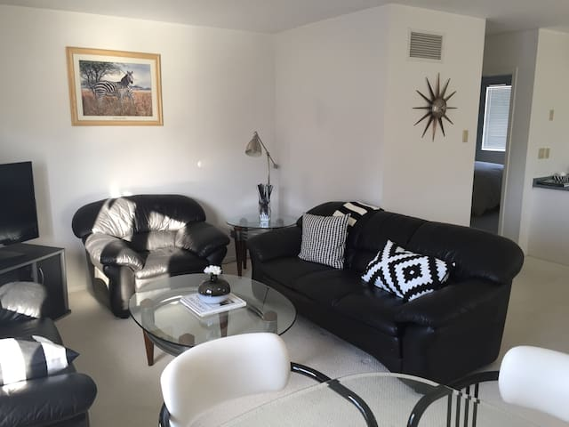 Spacious 2 Bedroom Downtown Apartment - Collingwood - Apartamento