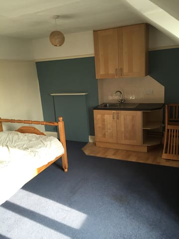 Large double room free wifi - Epsom - Appartement