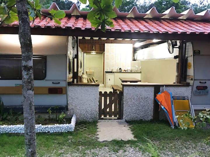 Um charmoso trailer em Camburi SP!