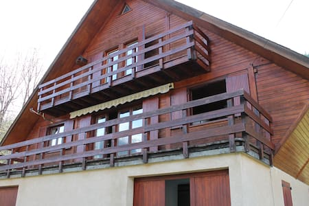 Grand chalet traditionnel plein sud