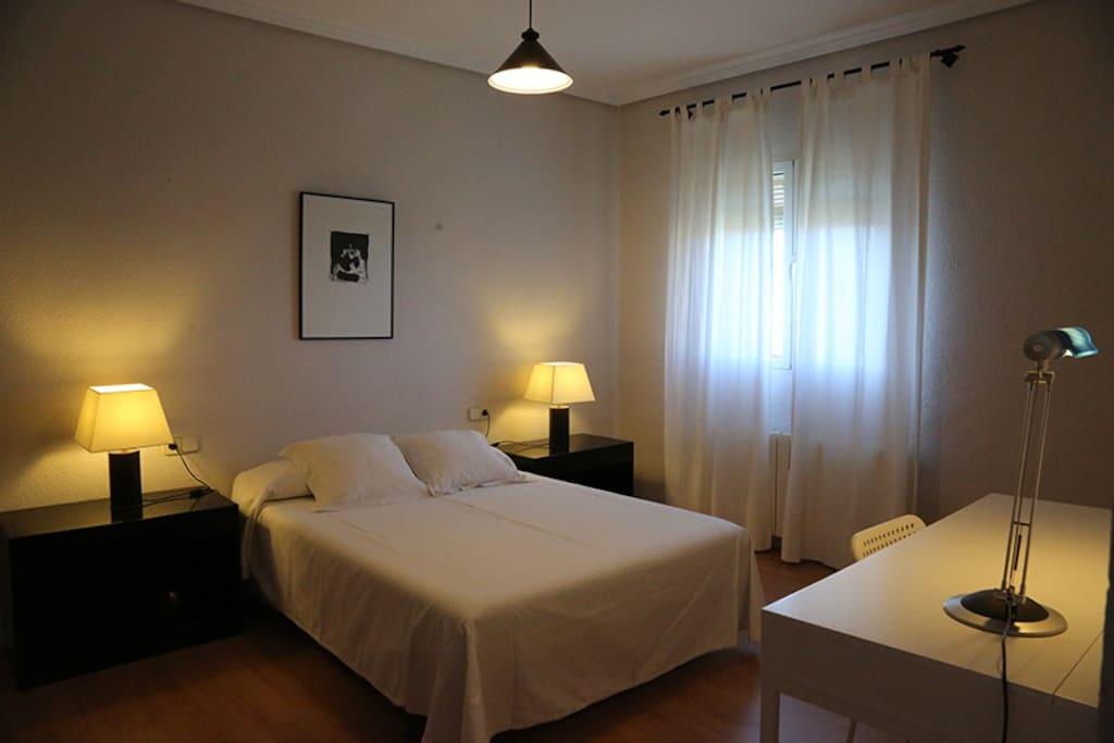 La habitación es amplia y confortable
