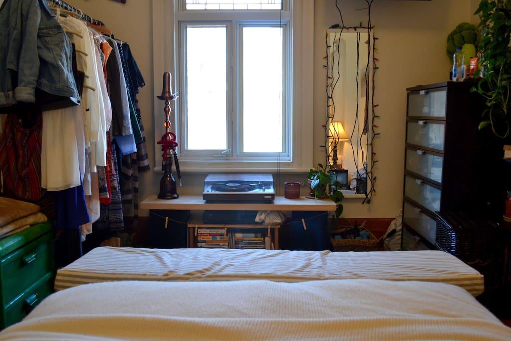 Grande chambre avec espaces de rangements!