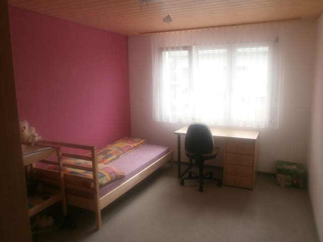 big room with wifi near transport and city zurich - Zuzwil - Haus