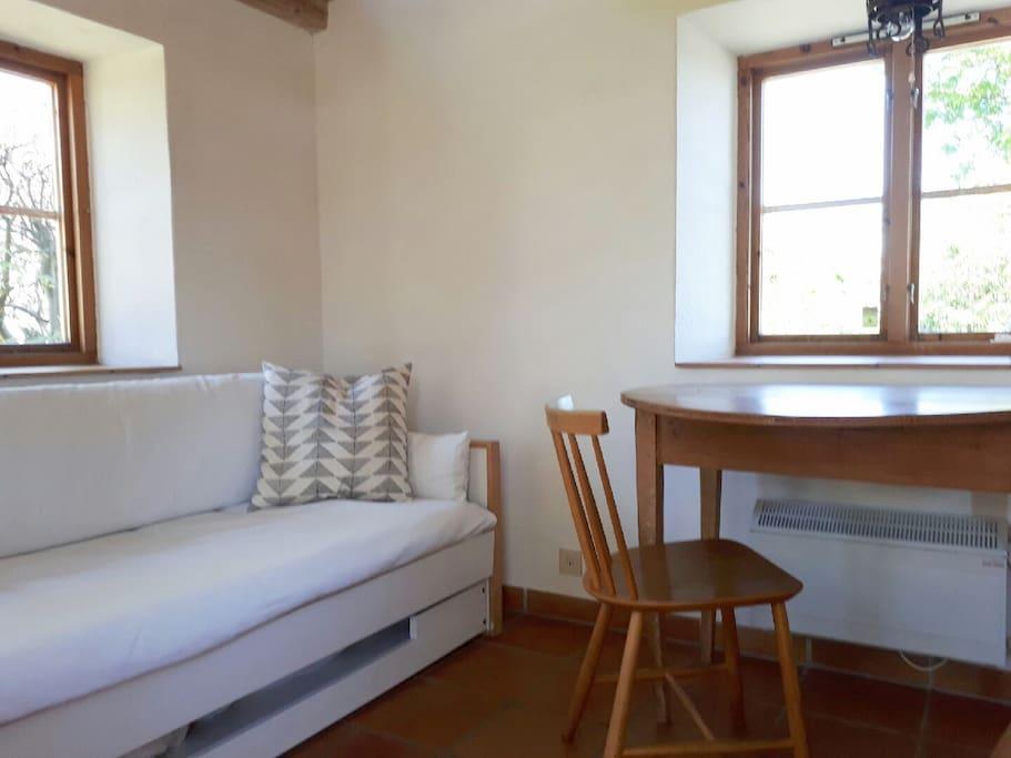 Bäddsoffa som smidigt blir två sängplatser samt utfällbart bord