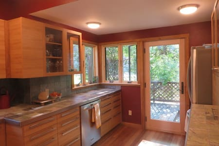 Very Comfy Renovated 1905 home .9 Mi to KU  & DT - Lawrence - Hus