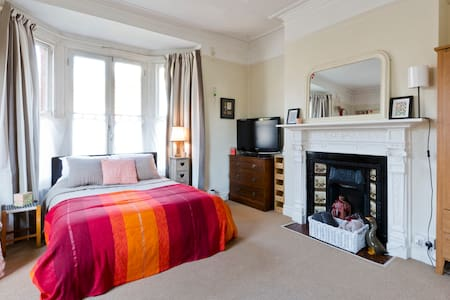 Large character bedroom/sitting rm - Egham