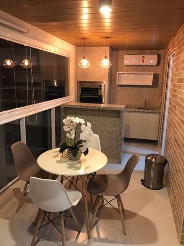 Quarto e sala com varanda gourmet climatizada