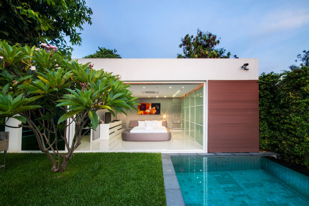 Master bed room on the pool