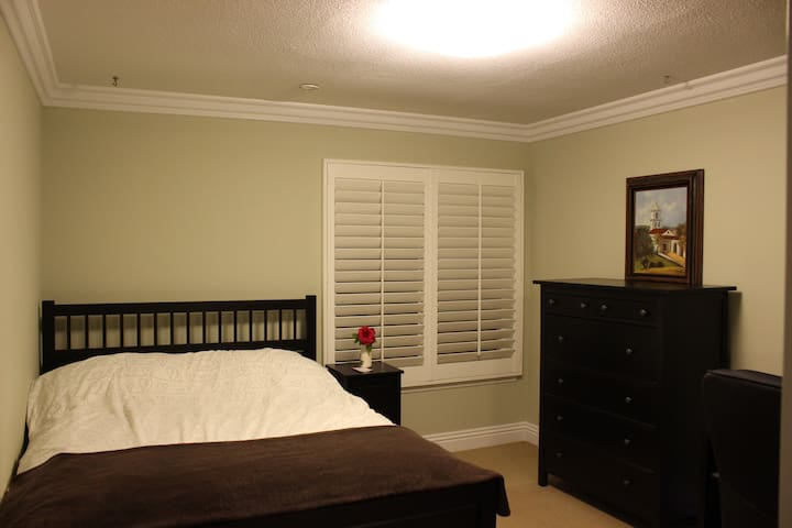 Spacious Queen Bed/Bath + Near UCI