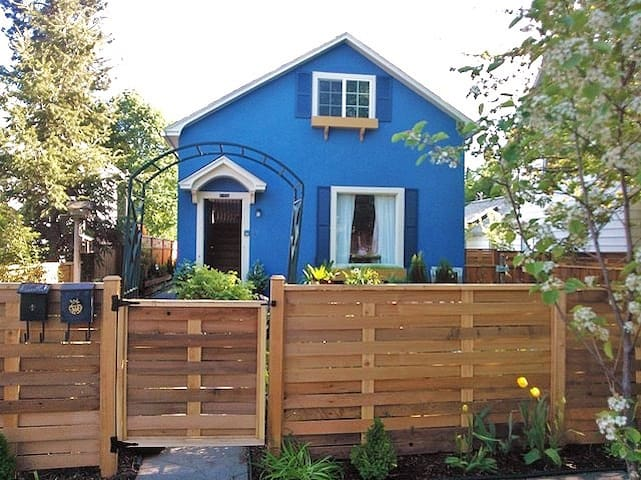 2 Houses for the price of 1! Downtown!Free bikes!