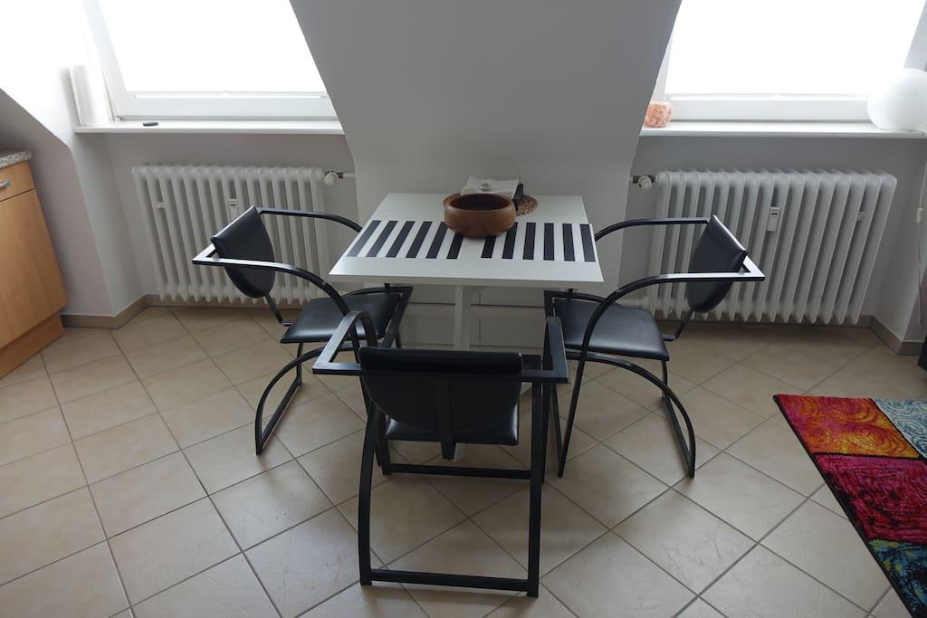 gemütlicher Esstisch, bei Bedarf ausklappbar