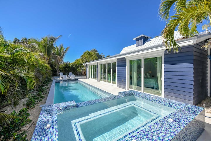 Lovely Ground Level home, Open Floor plan, private Pool and Spa, close to beach!