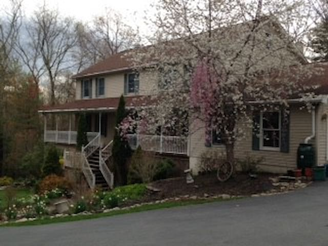 Very quiet upscale neighborhood - Stroudsburg - Rumah