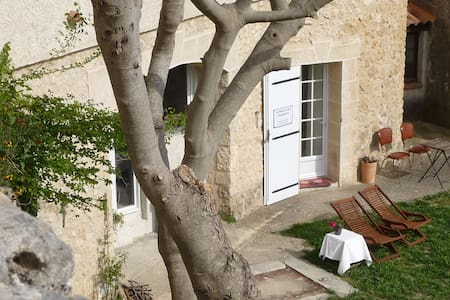 Atypical studio in our old tower - Artignosc-sur-Verdon - Bed & Breakfast