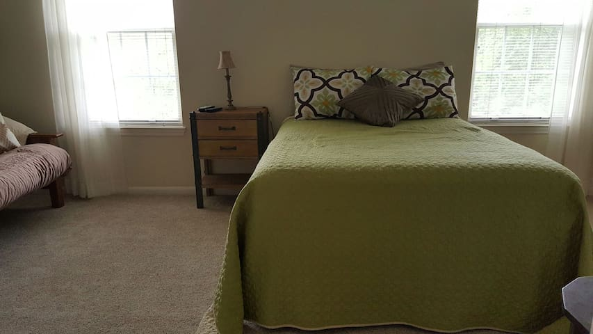 Large room in comfy townhouse - Gaithersburg - บ้าน