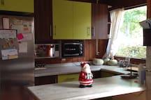 Cocina totalmente equipada, con microondas, horno eléctrico, refrigerador, freezer, lavavajillas y comedor de diario