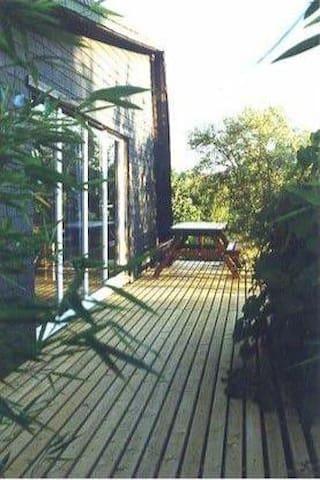 """entrée """"gîte mauve"""" salon de jardin sur terrasse"""