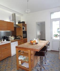 Grande chambre et petit dejeuner - House