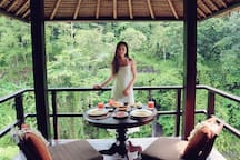 Lady-Ashley, Airbnb On-Line Review:  Absolutely breath taking!! These pics do no justice.