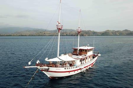 Private Charter Dive Boat komodo raja ampat ambon