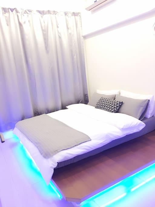 白色雙人房+衛浴乾濕分離。整體明亮又溫馨。木板上面有著舒服的獨立筒床,木板下面有著浪漫的藍燈。麻雀雖小五臟俱全!兩人恰恰好:) (另有包車旅遊,歡迎詢問)