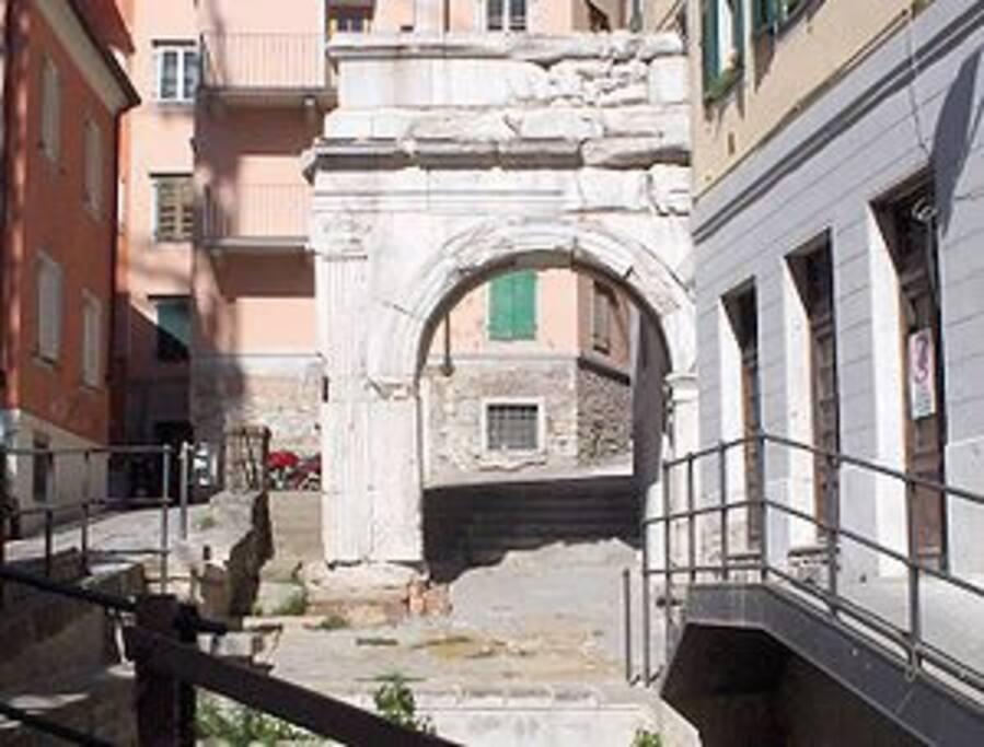 Veduta dell'Arco di Riccardo doveal 6 piano si trova l appartamento