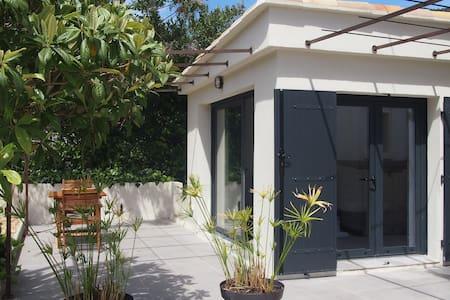 Studio neuf à 400mètres de la plage - Le Lavandou - Apartamento